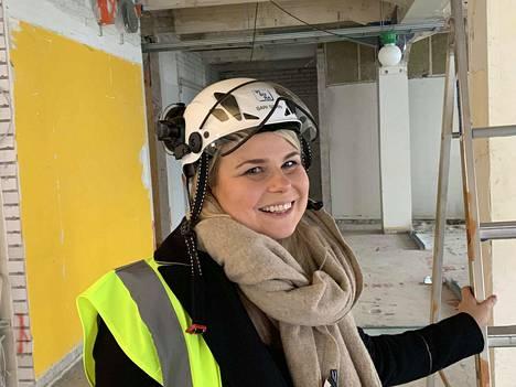 Ravintoloitsija Sari Sorri tutustui remontoitavana oleviin uusiin ravintolatiloihin maanantaina. Valmista pitäisi olla huhtikuun loppuun mennessä.