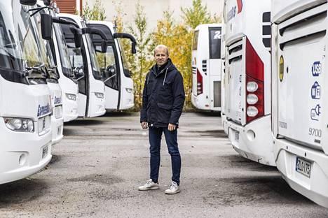Pikavuoroliikenne on ollut lähes pysähdyksissä puolitoista vuotta. Paunun talouspäällikkö Juha Mustonen varikolla Tampereen Nekalassa.