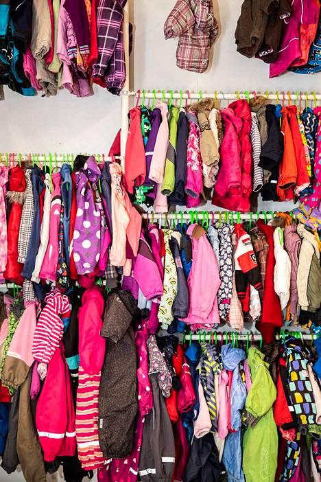 Hyllyt on saatu järjestettyä. Hopessa toivotaan, ettei tuotaisi ala-arvoista vaatetavaraa, mutta käyttökelpoinen käytetty on tervetullutta.