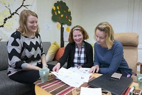Mielenterveysomaisten pitäisi uskaltaa pitää huolta myös omasta hyvinvoinnistaan, muistuttavat FinFamin omaistyöntekijät Marjukka Kaitakorpi (vas.) ja Katja Grönberg sekä toiminnanjohtaja Heidi Kervinen.