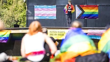 Lari Kontula Pori Priden työryhmästä piti pääpäivän avajaispuheen Lokki-lavalla. Hän ilmaisi puheessaan Pori Priden tuen Oikeus olla- ja Ehjänä syntynyt -kansalaisaloitteille.