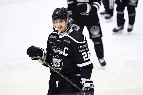 Lauri Korpikoski palaa mustavalkoiseen pelipaitaan.