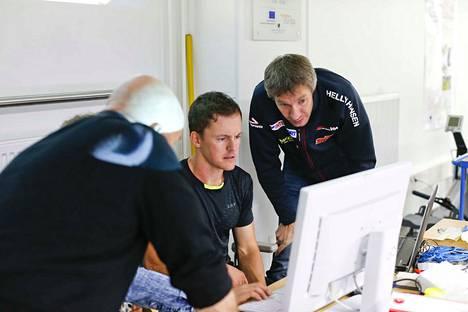 Tietokonehommat sujuvat Teemu Pasaselta. Kuvassa hän operoi Sami Jauhojärven kanssa.
