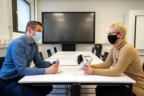 Valkeakosken Ammattiopisto haluaa olla ajan hermolla ja tarjota etulinjassa uutta teknologiaa opetuksessa. Käytössä on monipuoliset AR- ja VR-laitteet olemassa olevien simulaatioiden hyödyntämiseen sekä oman virtuaalisen opetusmateriaalin tuottamiseen. Mikko Siirilä (hyvinvoinnin ja liiketoiminnan toimialan toimialapäällikkö) ja Kirsi Tyynelä (digioppimisasiantuntija) uskovat, että VR-simulaatioiden kautta oppiminen tulee olemaan myös hauskaa opiskelijoiden ja opetushenkilöstönkin mielestä.