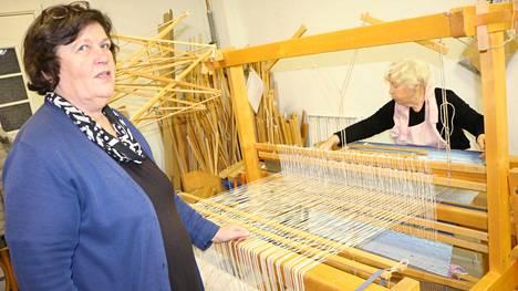 Kudonta-artesaani Heljä Lindgren on luotsannut kudontapiiriä Merikarvialla jo 24 vuotta. Saman verran on mattoja, liinoja ja poppanoita kutonut Tuulikki Seppälä, 80.