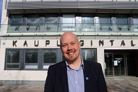 Kaupunginjohtaja Juha Viitasaari on ahertanut melkein yksin viime viikot Virtain kaupungintalossa.