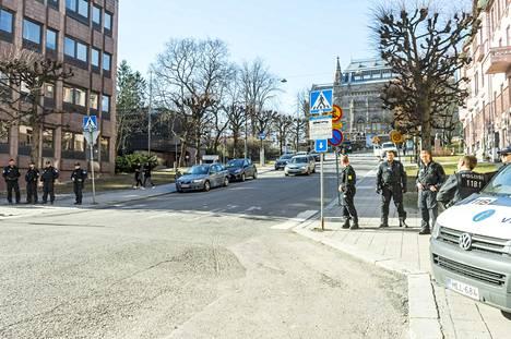Poliisi oli näkyvästi läsnä ravintola Suomalaisen Pohjan lähistöllä Taidemuseonmäellä.