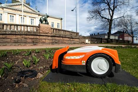Kaupungin robottileikkuri työssään Raatihuoneenpuistossa toukokuussa 2020.