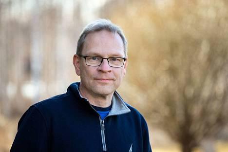 Tampereen yliopiston anatomian professori Seppo Parkkila kertoo, että kesä saattaa taltuttaa virusepidemioita. Syytä tähän ei tarkoin tunneta. Parkkila vietti maanantaina etätyöpäivää kotonaan Vesilahdella.