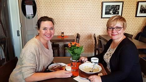 Sastamala yllätti positiivisesti työmatkalla olleet Janina Frankin (vasemmalla) ja Tuija Vilmusen. Naiset valitsivat lounaspaikaksi Pukstaavin kahvilan.