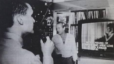 Juha Hallivuori paranteli Lady in red -sävelmää tehdessään siitä uuden version karaoke-ruudun ääressä.