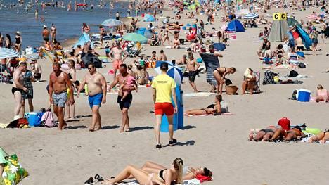 Uimarannalla pitäisi muistaa tarkkailla, että läheisillä on kaikki on kunnossa. Kuva Yyteristä kesältä 2020.