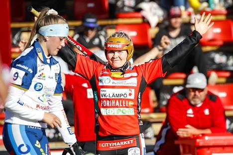 Pesäkarhujen Emilia Linna (kuvassa) ja Roosa Törmänen pelasivat perjantaina pikkusiskojaan vastaan Porissa.