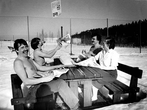 A-Tampereen toimitusnelikko Olli Kemmo (vas), Lauri Kaisanlahti, Olli Lampi ja Irmeli Lähteenmäki kuvauttivat palaverinsa Aamulehden pihalla talvella 1986.