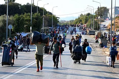 Turvapaikanhakijoita saapui torstaina Kara Tepen telttaleiriin kävellen.