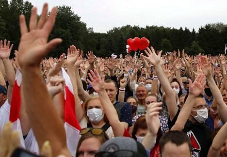 Presidenttiehdokas Svjatlana Tsihanouskajan kannattajat kokoontuivat sankoin joukoin Minskissä 19. heinäkuuta. Tihanouskajan onnistui kerätä vaaditut 100000 kannattajakorttia ja päästä ehdolle.