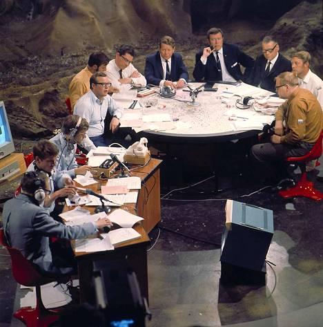 Kuustudiossa olivat Erkki Toivanen, Jan Torvalds ja Yrjö Länsipuro. Pyöreän pöydän ääressä vasemmalta lukien Ralf Friberg, Bo Fagerström, Matti Tiuri, Birger Wiik, Teppo J. Suonperä, Gustav Järnefelt, Börje Hjelm ja Pertti Jotuni. Ohjelma on mustavalkoinen.