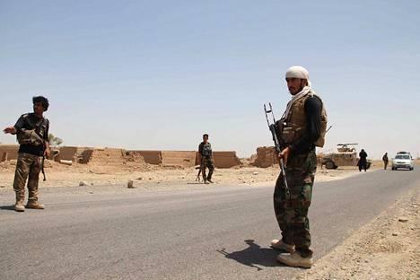 Afganistanin turvallisuusviranomaiset partioivat Helmand-Kandaharin moottoritiellä 11. elokuuta.