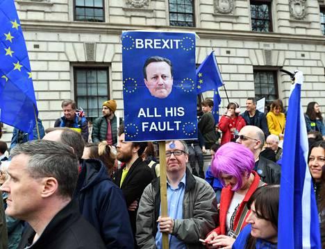 Entinen pääministeri David Cameron ei ole pidetty henkilö EU:ssa pysymistä vaativien mielestä. He haluavat uuden kansanäänestyksen.