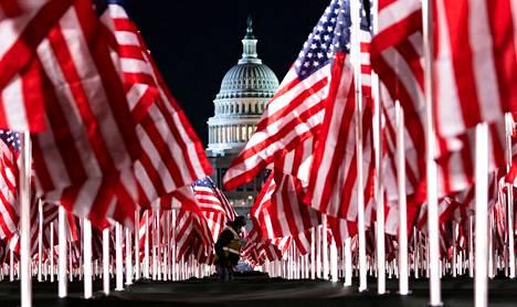 Noin 200 000 Yhdysvaltojen lippua on asetettu Capitol-kukkulan eteen Washingtonissa, Yhdysvalloissa. Ne muistuttavat heistä, jotka eivät koronapandemian takia paikalle, kun Joe Biden vannoo presidentinvalansa.