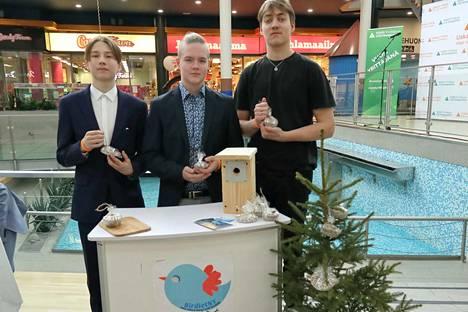 Eero Simola, Johannes Saarinen ja Kasper Tuominen oppivat jo alakoulussa tekemään linnuille siementalikakkuja. Niiden ja linnunpönttöjen avulla poikien Birdiet NY -yritys esittäytyi messuilla.