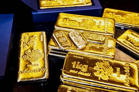 """Kulta on paitsi kallista, myös painavaa. Pöydällä on satojen tuhansien eurojen edestä kultaa. Voiman kultaharkot painavat 100 tai 1000 grammaa. Niiden kultapitoisuus on """"four nines"""" -standardin mukainen eli 99,99 prosenttia."""