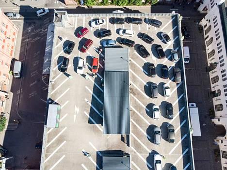 Autojonot kiersivät elokuussa Mehiläisen koronatestauspisteelle Plevnan pysäköintitalon katolla Tampereen Finlaysonilla. Yksityiset toimijat tekevät Pirkanmaalla koronatestausta Fimlabin lisäksi.