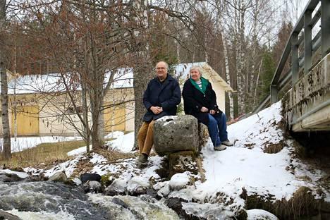 Päijälän Kristillisen yhdistyksen puheenjohtaja Hannu Lahtinen ja Päijälän kyläyhdistyksen puheenjohtaja Leena Bragge ihailevat Leppäkosken kuohuja.
