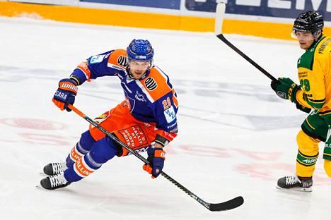 Jarkko Malinen kurvaa taas Tapparan paidassa illan tärkeässä TPS-kamppailussa.