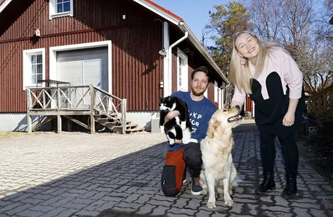 Lemmikkihotellli Kultatassulaa kunnostetaan parhaillaan ja se valmistuu samalle paikalle, josta Pelkosen kotileipomo muutti pois vuonna 2018. Yrittäjät Lauri Alho ja Janita Jalonen lähtevät rakentamaan kokonaisuutta yhdessä 2-vuotiaan kultainennoutaja Miisan ja noin 7-vuotiaan Manu-kissan kanssa.