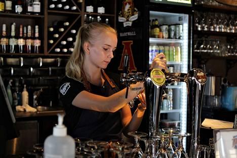 Ravintolarajoitukset otetaan käyttöön uudelleen. Kuvassa Ravintola Pepperin Jemina Laine.