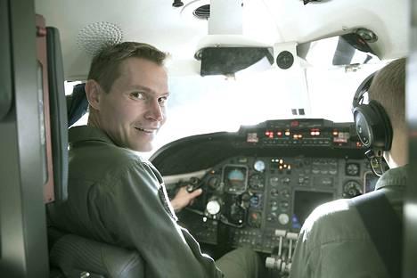 Koelentäjän uralla pääsee parhaimmillaan tutustumaan melkoiseen määrään eri konetyyppejä. Tässä ilmavoimien pääosin yhteys- ja kuljetuskoneena käyttämä Gates Learjet -suihkukone, jonka ohjaimissa Jyri Mattila on ollut noin 30 tuntia.