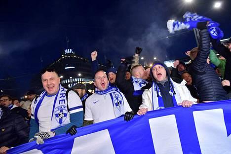 Huuma yltyy Helsingissä, kun fanit marssivat kohti Töölön jalkapallostadionia.