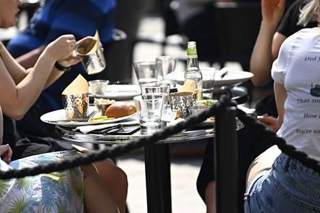Valtioneuvosto on päättänyt, että kiihtymisvaiheen ravintolarajoitukset otetaan käyttöön Kymenlaakson, Pirkanmaan, Päijät-Hämeen ja Varsinais-Suomen maakunnissa. Näiden lisäksi myös Uudenmaan maakunta on edelleen kiihtymisvaiheessa.