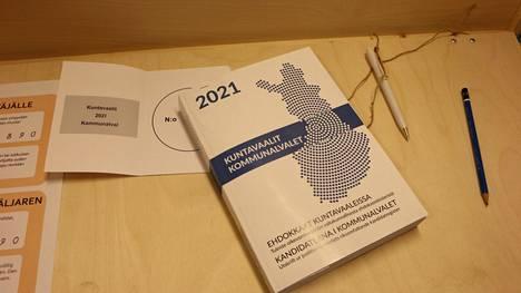 Varmista ehdokkaasi numero, jos äänestät muualla kuin kotikunnassasi. Joka äänestyspaikalla on kirja, josta käy ilmi kaikki Suomen kuntien ehdokkaat numeroineen.