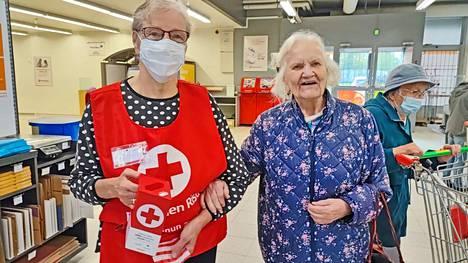 Mänttäläiset Laila Leiman ja Ada Juvonen ovat yhteisellä asialla. Molemmat ovat pitkään toimineet SPR:n vapaaehtoistyössä.