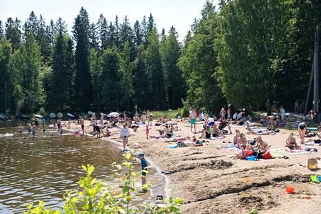 Rauhaniemen uimarannan matalammalle puolelle oli pakkautunut paljon lapsiperheitä.
