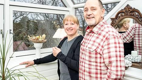 Hippi ja Veli-Matti Heinijoki haluavat välittää lastenlapsilleen tamperelaisuutta: sitä ovat niin jääkiekko kuin aurinkoenergiakin – mummin tekemiä vohveleita unohtamatta.