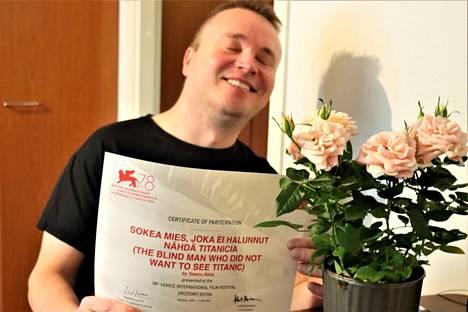 MS-tautia sairastava Petri Poikolainen kertoo hajuaistin voimistuneen näön menetyksen jälkeen. Aamulehti vei miehelle pinkkejä ruusuja.