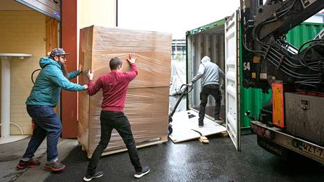 Kangasalan Lentolassa valmistetaan suksia, joiden suosio on kasvanut merkittävästi erityisesti Yhdysvalloissa ja Kanadassa. Perjantaina iltapäivällä OAC Finland oy:n varastotiloista siirrettiin Yhdysvaltoihin suuntaavaan merikonttiin 1500 paria liukulumikenkiä, joita kutsutaan myös karvapohjasuksiksi.