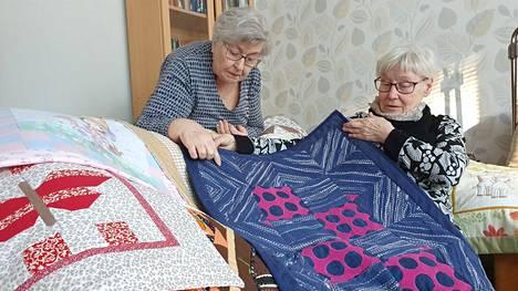 Annikki Eronen ja Tuula Kuusanto harmittelevat, ettei Tilkkutaitajat-kilta ole voinut kokoontua moneen kuukauteen koronan takia.