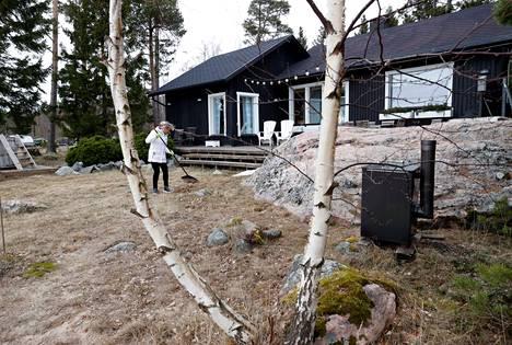 Marjo Hartikainen vuokraa talviasuttavaa rantamökkiä Eurajoen Luvialla. Mökissä on mukavuudet, 90 neliömetriä tilaa ja avarat näkymät merelle. Mökin viikkovuokra on ajankohdasta riippuen 750-990 euroa.
