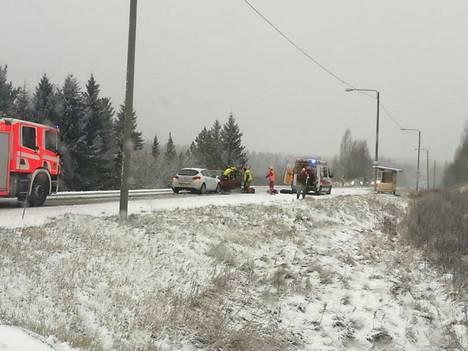 Onnettomuushetkellä tie oli lumisen sohjoinen.