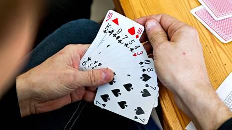 Seuraa hakeva mies haluaa muun muassa kahvikestiseuraa ja korttipelikavereita. Kuvituskuva.