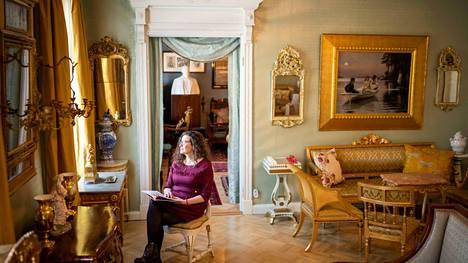 Ann-Christin Antell tuntee 1800-luvun Turun, joka on hänen esikoisromaaninsa miljöö. Sen tunnelman tavoittaa myös Ett Hem -museossa: se on alkuperäisessä asussaan säilytetty yläluokan koti, jonka varakonsuli Alfred Jacobsson puolisoineen testamenttasi Åbo Akademille vuonna 1925.