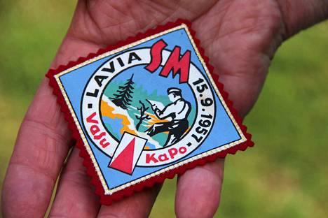 SM-kisojen komeassa kangasmerkissä on kuvattuna karttaa tutkiva suunnistaja. Tuohon aikaan Vallan Suunta lyhennettiin VaSu ja Kauvatsan Ponteva KaPo.