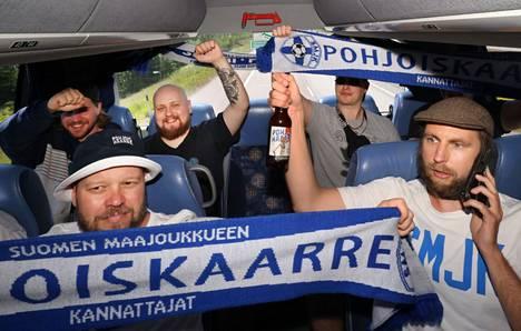 Takapenkillä matkatunnelmasta nauttivat Jaakko Lehtilä (takarivissä vasemmalla), Kalle Heikkilä, Asseri Ritoniemi, Aleksi Ritoniemi, edessä Juha Lehtelä (vas.) ja Miikka Autti.