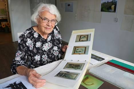 Helena Löytökorpi on ollut kokoamassa muistonäyttelyä isoveljensä Mauno Vuoren laajasta ja monipuolisesta tuotannosta. Myös muut läheiset ovat keränneet näyttelyyn Vuoren taidetta ja muuta esineistöä.