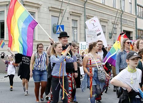 Lauantain Pride-kulkueeseen osallistui noin 700 henkilöä.