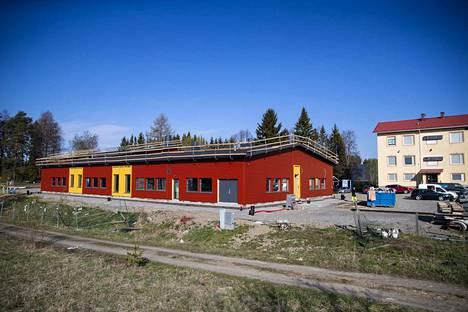 Koulun oikeassa päädyssä on esikoulun tilat. Liikuntahalli sijoittuu toiseen päähän. Taustalla vanha kirkonkylän koulu.